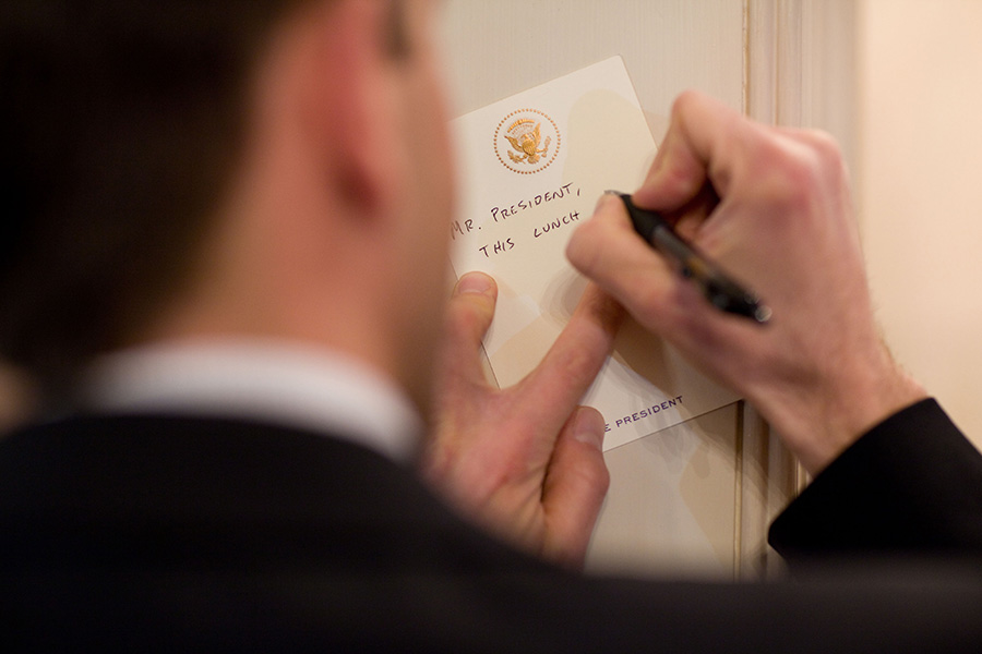 Mosteller writes a note to the president during a lunch in 2010. Photo by Pete Sousa